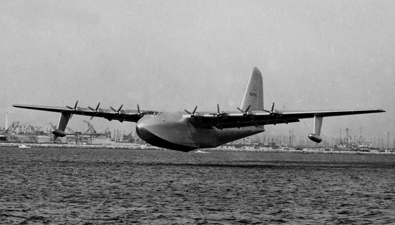 Un día como hoy, el colosal Hughes H-4 Hercules, lograba su único vuelo –  aeronauticapy.com